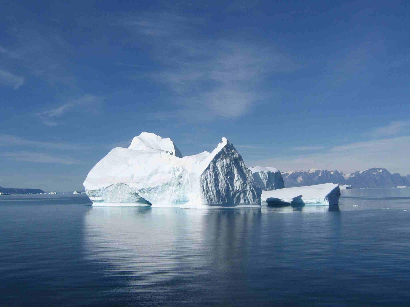 НЕОБЫЧНОЕ ЯВЛЕНИЕ: айсберг сорвался с ледника