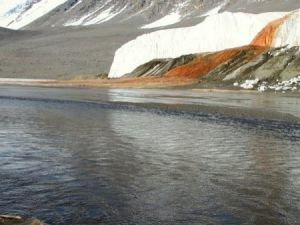 НЕОБЫЧНОЕ ЯВЛЕНИЕ: водопад кроваво-красного цвета в Антарктиде